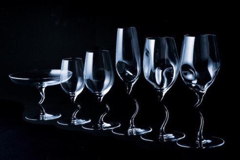 足が曲がっているワイングラスの画像