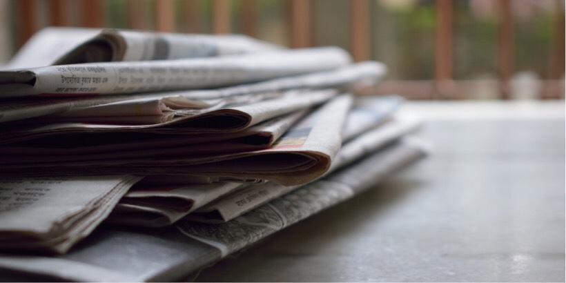 新聞が積まれているイメージ