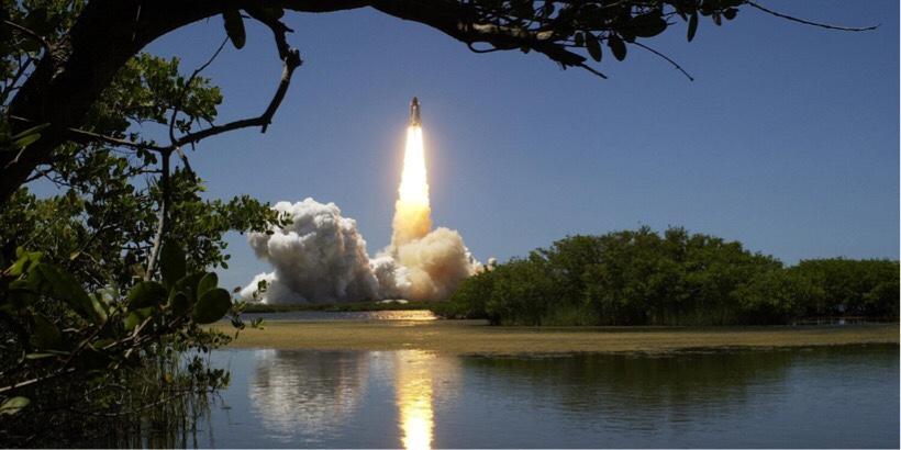 収益がロケットのように爆発的に伸びているイメージ